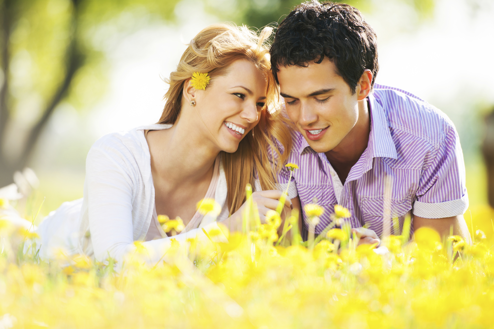 couple-in-grass